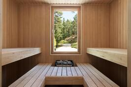 Saunan isosta ikkunasta avautuu viehättävä maisema.
