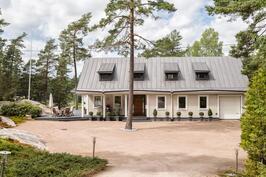 Ruotsalaistyylinen Illar Meikopin suunnittelema erillistalo on luonnon keskellä omassa rauhassaan.