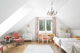 Yläkerrassa on kaksi hyvin suurta makuuhuonetta, joihin vinokatot ja kattoikkunat tuovat ilmettä.