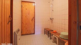 Pesuhuone josta pääsee kuivaushuoneeseen