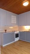 tilava ja valoisa keittiö