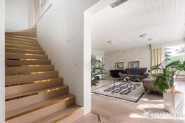 portaat yläkertaan ja olohuone
