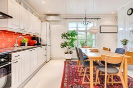 Punaisen maton paikka on ehdottomasti tässä keittiössä!
