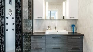 1 kerroksen kylpyhuone allaskaapistoineen ja suihkukaappi painesuuttimilla ja stereoilla