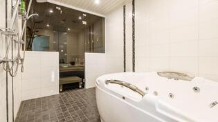 Pesuhuone, jossa porea-allas saunan yhteydessä