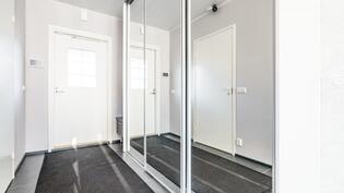 1 kerroksen eteisen, jossa peililiukuovikaapisto