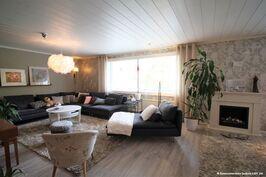 Iso olohuone, jonka perällä varaus lisämakuuhuoneelle.
