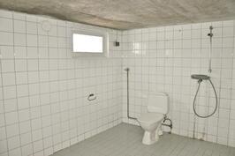Alakerrass tilava kylpyhuone