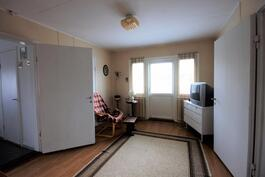 Yläkerran aula ja parvekkeen ovi / Övrevåningens aula och balkongsdörren