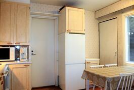 Keittiöstä käynti pesuhuoneeseen ja takapihalle