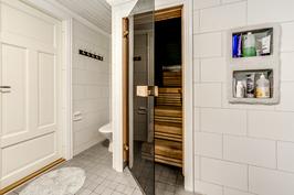 Kylpyhuone (yläkerrassa)