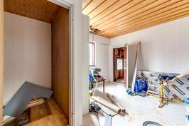 Yläkerran makuuhuone (remontoimaton)