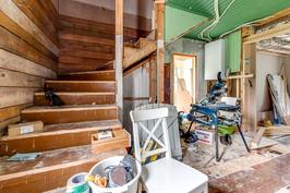 Näkymä remontoimattomasta alakerran huoneesta portaisiin