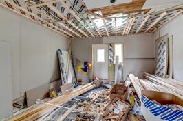 Alakerran remontoimaton huone