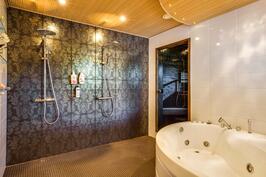 Näyttävässä ja isossa kylpyhuoneessa on kiva retoutua arjenkeskellä