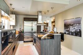 Modernista keittiöstä on kiva kestitä vieraita