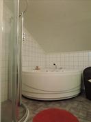 Kylpyhuone/wc yläkerrassa