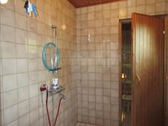 Laajennusosan lattialämmitteinen kylpyhuone laatoitettu ja seinät ovat kiveä!