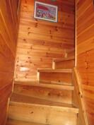 Kuvassa yläkertaan vievä siisti portaikko.