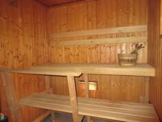 Sähkökiukaan lisäksi saunassa on kätevä löylyvesihana!