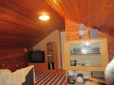 Kuvaa yläkerran aulatasanteesta, joka on ollut myös lisämakuuhuoneena!