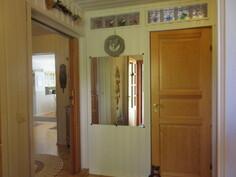 Talon näyttävässä eteisaulassa myös mm. lasitiilisomistetta! Omalla n. 1900 m2 puutarhatontilla mm. herukkaa, ...