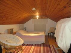 Kuvaa yläkerran hiljattain pintaremontoidusta makuuhuoneesta, jossa mm. mainio puulämm. Porin Matti!