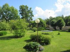 Kuvassa talon takapihaa sekä talon sadevesiviemäröinti menee hulevesiverkostoon!
