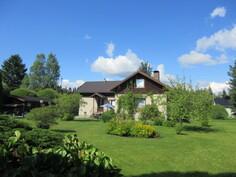 ... omenaa, pionia, juhannusruusua  ja mm. päiväkoti n. 500 m päässä sekä ...