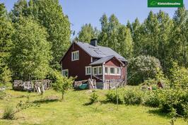 Viehättävä omakotitalo vehreällä, isolla puutarhatontilla Loppijärven rannalla.