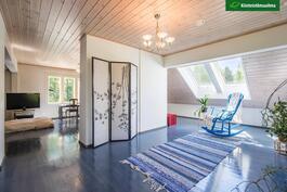 Yläkerta on avonaista, valoisaa tilaa, jonka voi jakaa kahdeksi huoneeksi. Kattoikkunat lisäävät yläkerran tunnelmaa.