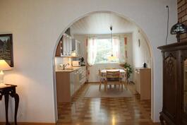 Olohuoneesta näkymä keittiöön