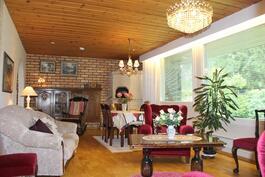 Olohuone, jossa suuret ikkunat ja varaava takka