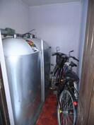 Lämmin varasto, jossa öljysäiliö