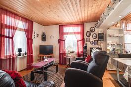 Asunto on valoisa useiden ikkunoidensa ansiosta/ Lägenheten är ljus tack vare många fönster.