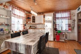 Keittiö ja olohuone toisiinsa yhteydessä/ Kök och vardagsrum enhetligt utrymme.