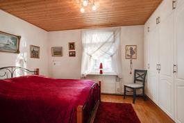 Perimmäinen makuuhuone/ Bakre sovrummet.