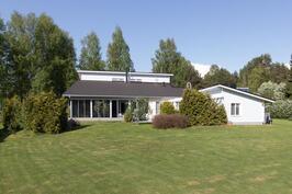 Talo takapihalta päin kuvattuna