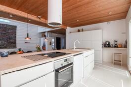 Ilmava ja vaalean tyylikäs keittiö
