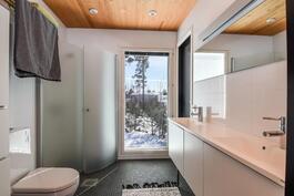 Yläkerrassa hieno kylpyhuone