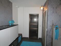 Wc-tilaa, josta kulku kylpyhuoneeseen/saunaan ja pannuhuoneeseen