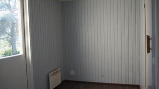 Pukuhuone, josta käynti terassille.