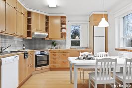 Keittiö, jossa hyvin tilaa arkiruokailulle