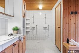 Todella tilavat sauna ja