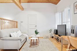 Yläkerran oleskeluhalli, josta voi tarvittaessa erottaa asuinhuoneen.