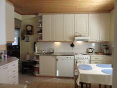 Talon keittiö uusittu kauniiksi 2000-luvulla ja myös pannuhuonetekniikka 2000-luvulta!