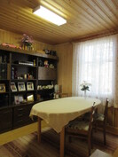 ... ruokailuhuoneeseen, jossa kauniit leppäpaneeliseinät!
