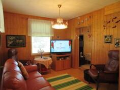 Talon ikkunat pääosin uusittu 90-luvulla ja kuvassa lämminhenkinen olohuone sekä ...