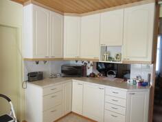 Keittiössä runsaasti kaapistoja sekä kätevä tarjoiluyhteys ...