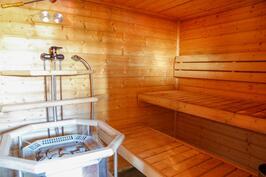 sauna on todella reilunkokoinen, lauteet kiukaan molemmin puolin